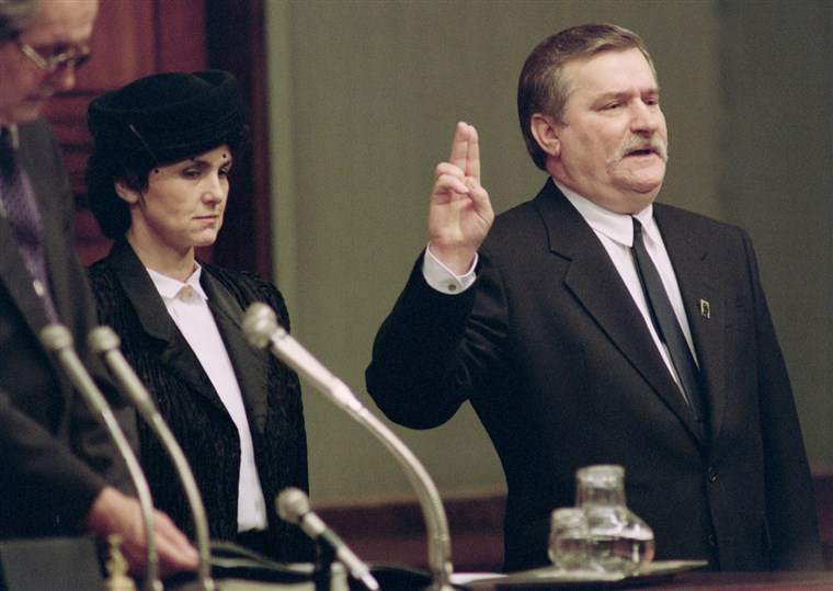 Lech Walesa takes the oath of office as he becomes Poland's new president in front of Poland's National Assembly on Dec. 22, 1990, in Warsaw. His wife Danuta looks on. Walesa, the 1983 Nobel Peace Prize winner, won a landslide victory in the presidential election - foto preluat de pe www.nbcnews.com