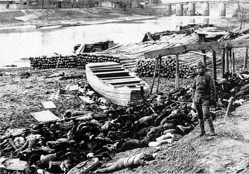 Masacrul din Nanking (13 decembrie 1937 - ianuarie 1938) - Victime chineze ale masacrului din Nanking, lângă râul Yangtze, în dreapta în picioare este un soldat imperial japonez - foto preluat de pe ro.wikipedia.org