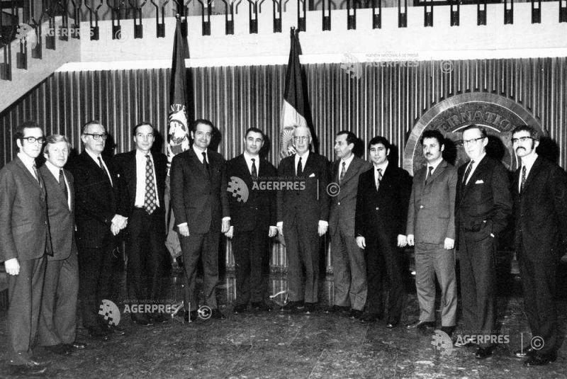 SEMNARE ACORD ADERARE - ROMANIA - FMI - BIRD - Fotografie de familie, in fata drapelului RSR, dupa semnarea acordului de aderare la FMI si BIRD, in Washington, SUA, la 15 decembrie 1972. In imagine: Corneliu Bogdan (al cincilea de la stanga la dreapta), ambasadorul RSR in SUA, Florea Dumitrescu (al saselea de la stanga la dreapta), ministrul de finante al RSR, Pieter Lieftinck (al saptelea de la stanga la dreapta), director executiv al FMI si Mircea Raceanu (al treilea la dreapta la stanga), functionar al ministerului afacerilor externe al RSR - foto preluat de pe foto.agerpres.ro