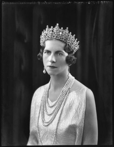 Regina mamă Elena a României (la naștere principesă a Elenilor și de Danemarca, n. 2 mai 1896, Atena – d. 28 noiembrie 1982, Lausanne, Elveția) a fost soția principelui moștenitor Carol al României (viitorul rege Carol al II-lea) și mama regelui Mihai I al României - foto preluat de pe ro.wikipedia.org