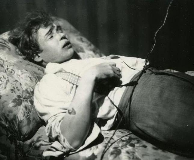 Esenin pe patul de moarte în 1925 - foto preluat de pe ro.wikipedia.org