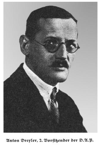 Anton Drexler (n. 13 iunie 1884, München, Imperiul German – d. 24 februarie 1942, München, Germania Nazistă) a fost un lider politic de dreapta al Germaniei din anii 1920, care a fondat Partidul Muncitoresc German (PAS) pangermanist şi antisemit (DAP), antecedentul partidului nazist (NSDAP). Drexler şi-a mentorat succesorul în NSDAP, Adolf Hitler, în primii săi ani în politică - foto preluat de pe ro.wikipedia.org