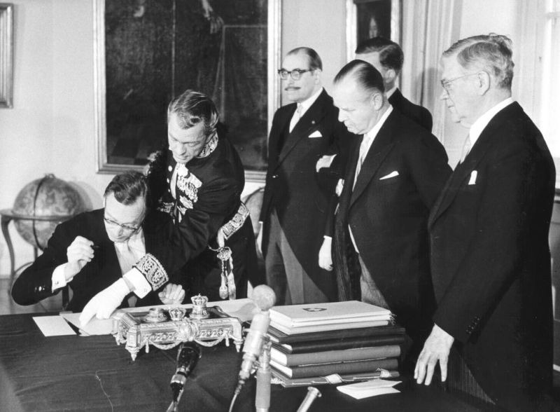 On 4 January 1960 in Stockholm, Gottlieb Gut, the Swiss Ambassador to Sweden, signs the Convention establishing the European Free Trade Association (EFTA) - foto preluat de pe www.cvce.eu