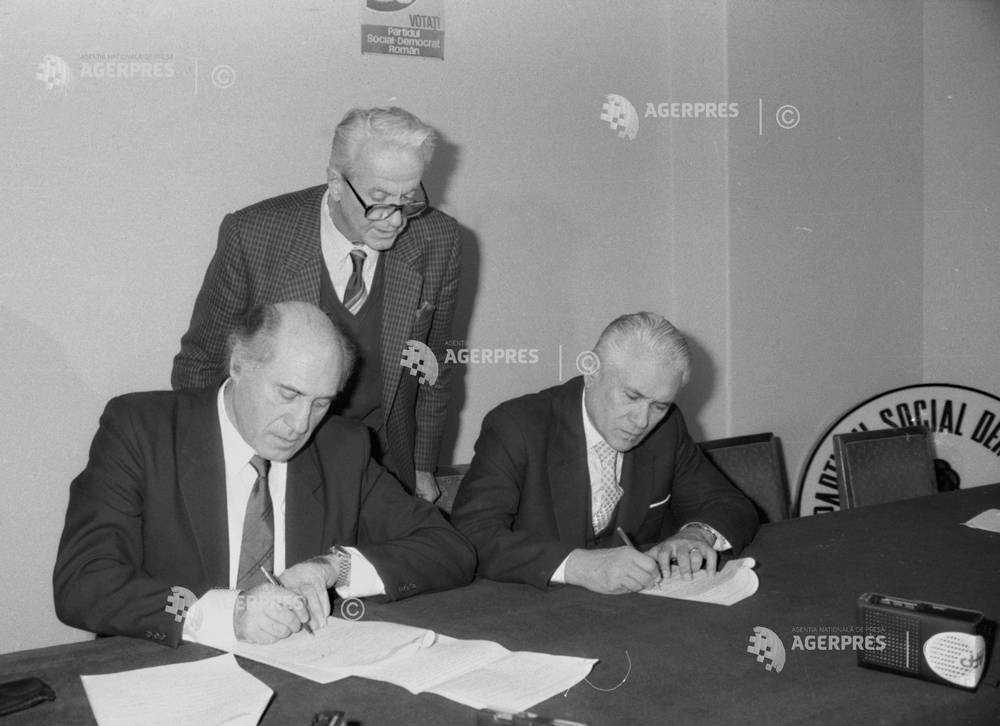 Domokos Geza (stânga), preşedintele UDMR; Sergiu Cunescu (centru), preşedintele PSDR şi Otto Weber (dreapta), preşedintele PER, semnând Convenţia Naţională pentru Instaurarea Democraţiei de la 15 decembrie 1990 - FOTO: (c) SORIN LUPSA / Arhiva istorică AGERPRES - preluat de pe www.agerpres.ro