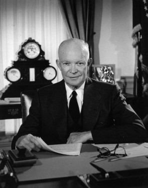 Dwight David Eisenhower (n. 14 octombrie 1890 - d. 28 martie 1969), cunoscut în mod afecționat și ca Ike, a fost un general și om politic republican american. A fost comandant suprem al armatelor aliate debarcate în Nordul Africii (1943), în Sicilia (1943) și în Vestul Europei (1944 - 1945). A fost primul comandant suprem al forțelor armate ale NATO (1949 - 1952) și președinte al SUA între anii 1953 și 1961. Doctrina sa, susținând protecția împotriva comunismului, a marcat profund politica internă și externă a Statelor Unite ale Americii pe parcursul anilor 1950 și 1960 (in the Oval Office, February 29, 1956) - foto preluat de pe en.wikipedia.org