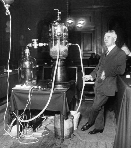 """Georges Marie Auguste Claude (n. 24 septembrie 1870 - d. 21 mai 1960) a fost un inginer și inventator francez. El este recunoscut pentru munca sa timpurie privind lichefierea industrială a aerului, pentru inventarea și comercializarea iluminatului de neon (a facut cercetari pe gaze rare si în 1910 a descoperit iluminatul cu neon) și pentru un experiment amplu de generare a energiei prin pomparea apei de mare rece din adâncimi.  El a fost considerat de unii ca fiind """"Edison of France"""".  Claude a fost un colaborator activ cu ocupanții germani ai Franței în timpul celui de-al doilea război mondial, pentru care a fost întemnițat în 1945 și i-au fost retrase onorurile (Georges Claude conducting a demonstration on ocean thermal energy conversion at the Institut de France in 1926) - foto preluat de pe en.wikipedia.org"""