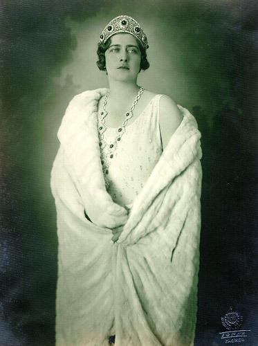 Regina Maria a Iugoslaviei (născută Marie de Hohenzollern-Sigmaringen; n. 6 ianuarie 1900, Gotha – d. 22 iunie 1961, Londra) cunoscută și ca Regina Marija a fost soția regelui Alexandru I al Iugoslaviei. S-a născut în familia regală a României, dobândind prin naștere titlurile de principesă a României și principesă de Hohenzollern-Sigmaringen. Mama sa era Maria de Edinburgh, fiică a prințului Alfred, Duce de Saxa-Coburg și Gotha, fiul Reginei Victoria, iar tatăl Mariei era principele moștenitor Ferdinand al României. În familie era numită Mignon, spre a fi deosebită de mama sa - foto preluat de pe ro.wikipedia.org