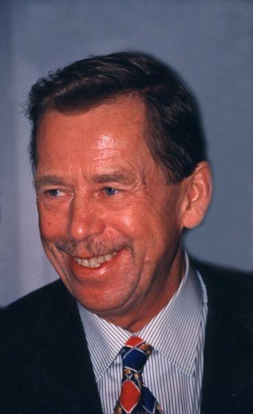 Václav Havel (n. 5 octombrie 1936, Praga, Cehoslovacia – d. 18 decembrie 2011, Hrádeček, Cehia) a fost un scriitor, dramaturg și disident ceh. A fost ultimul președinte al Cehoslovaciei (1990-1992) și primul președinte al Republicii Cehe (1993-2003) - foto preluat de pe en.wikipedia.org