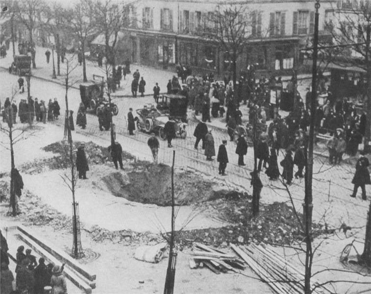 Crater of a Zeppelin bomb in Paris, 1916 - foto preluat de pe en.wikipedia.org