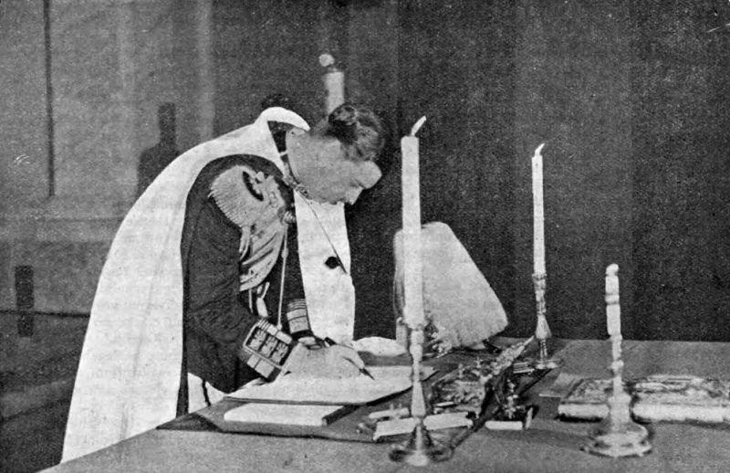Regele Carol al II-lea al României semnând Constituția României din 1938 (27 February 1938) - foto preluat de pe en.wikipedia.org