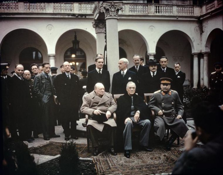 "Conferința de la Ialta (4 – 11 februarie 1945) – The ""Big Three"" at the Yalta Conference, Winston Churchill, Franklin D. Roosevelt and Joseph Stalin - Taken by War Office official photographer, United Kingdom - foto preluat de pe en.wikipedia.org"