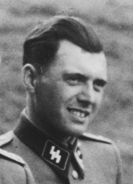 """Josef Mengele (n. 16 martie 1911, Günzburg, Imperiul German – d. 7 februarie 1979, Bertioga, Brazilia) supranumit """"Îngerul morții"""" a fost un medic german care, în calitate de căpitan SS, a inițiat și condus odioasele """"selecții"""" ale evreilor deportați din toată Europa pentru exterminarea (Endlösung der Judenfrage) lor de la Auschwitz-Birkenau. A efectuat experimente inumane pe deportați, mai ales pe cupluri de gemeni - (Mengele at Auschwitz in 1944) foto preluat de pe en.wikipedia.org"""