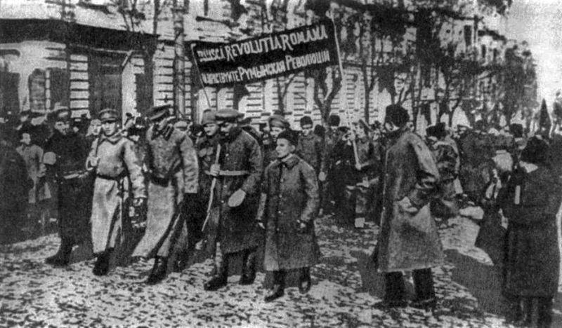 Voluntari români prosovietici mărșăluind pe străzile Odesei în ianuarie 1918 - foto preluat de pe ro.wikipedia.org