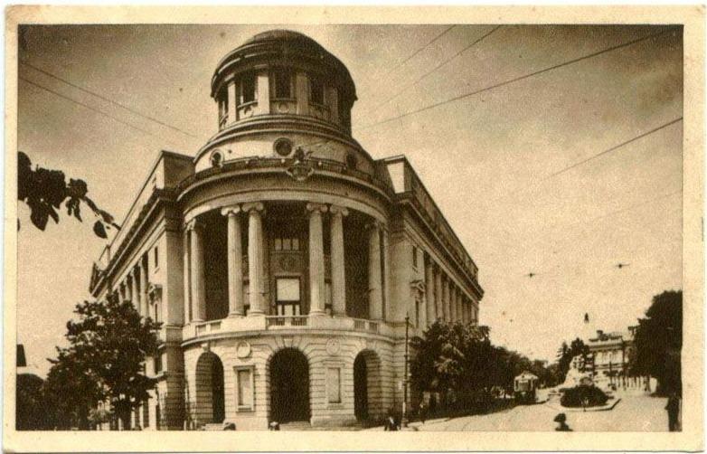 """Palatul Fundaţiei Universitare """"Regele Ferdinand I"""" din Iaşi - carte poştală interbelică. În partea dreaptă a imaginii, acolo unde începe Bulevardul Carol I, se poate observa Monumentului Unirii, distrus în 1947 - foto preluat de pe ro.wikipedia.org"""