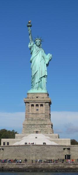 """Statuia Libertății din New York este un monument în portul """"Liberty Island"""" din orașul New York. A fost plasat în anul 1886 la intrarea portului de pe insulă cu scopul de a transmite călătorilor sosiți salutul de bun venit pe pământ american. Statuia este un cadou al Franței făcut Statelor Unite ale Americii cu ocazia aniversării a 110 de ani de la câștigarea independenței Statelor Unite și inaugurată de președintele Grover Cleveland la 28 octombrie 1886 - foto preluat de pe en.wikipedia.org"""