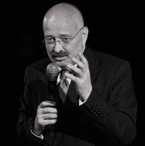 Stelian Tănase (n. 17 februarie, 1952, București) este un scriitor, eseist, istoric, politolog, publicist, scenarist, regizor, realizator de televiziune și analist politic român. Stelian Tănase este Președintele Societății Române de Radio și Televiziune - foto preluat de pe www.facebook.com