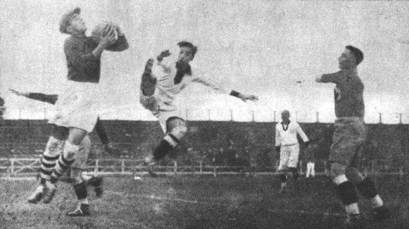România jucând cu Peru la Campionatul Mondial de Fotbal din 1930 din Uruguay. În imagine portarul Ion Lăpușneanu și atacantul peruan Julio Lores - foto preluat de pe ro.wikipedia.org