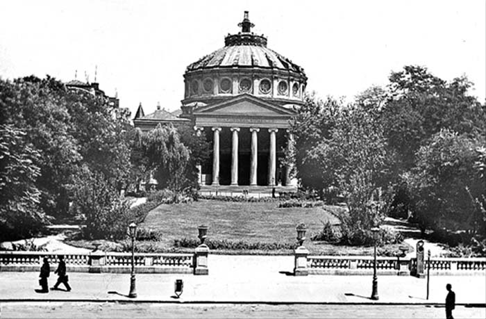 """Ateneul Român este o sală de concerte din București, situată pe Calea Victoriei, în Piața George Enescu (în partea nordică a Pieței Revoluției). Clădirea, care este realizată într-o combinație de stil neoclasic cu stil eclectic, a fost construită între 1886 și 1888, după planurile arhitectului francez Albert Galleron. În prezent, adăpostește și sediul Filarmonicii """"George Enescu"""" - foto preluat de pe www.romaniaregala.ro"""
