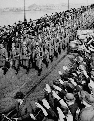 Below: Saturday, March 7, 1936 - German Army troops cross a bridge over the Rhine River and enter the Rhineland - for the first time since the end of World War I - foto preluat de pe www.historyplace.com