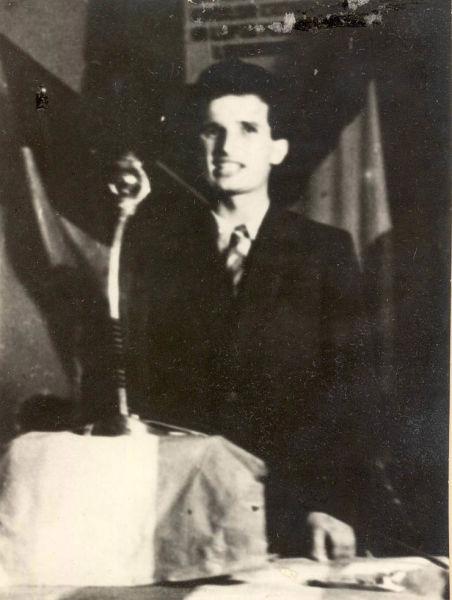 """Nicolae Ceauşescu vorbind la mitingul de primire a luptătorilor comunişti şi antifascişti, organizat de Apărarea Patriotică în Bucureşti. (10 septembrie 1944) - sursa – """"Fototeca online a comunismului românesc"""", Cota: 20/1944"""