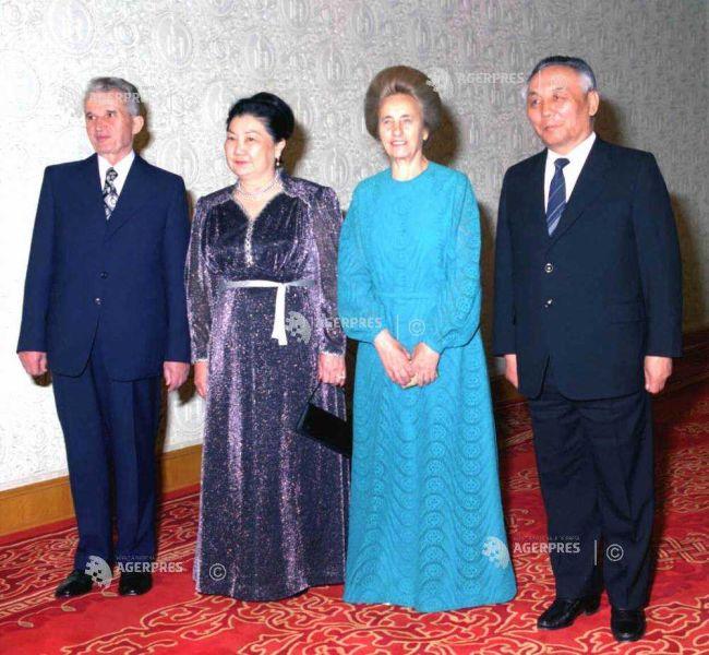 Nicolae si Elena Ceausescu in Republica Populara Mongola, impreuna cu presedintele Dumaangiyn Sodnom si sotia la dineul oficial, la Ulan Bator (19 aprilie 1988) - foto preluat de pe foto.agerpres.ro