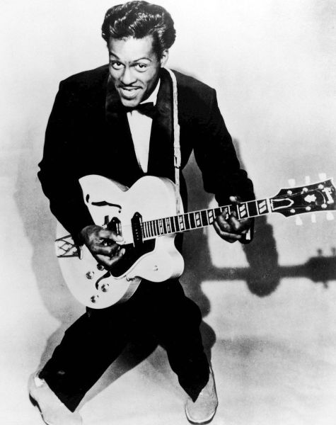 """Charles Edward Anderson """"Chuck"""" Berry (n. 18 octombrie 1926, Saint Louis, Missouri, SUA – d. 18 martie 2017, St. Charles, SUA) a fost un compozitor, cântăreț și chitarist american, de origine afro-americană și unul dintre pionierii muzicii rock 'n' roll - (Berry in 1958)  foto preluat de pe en.wikipedia.org"""