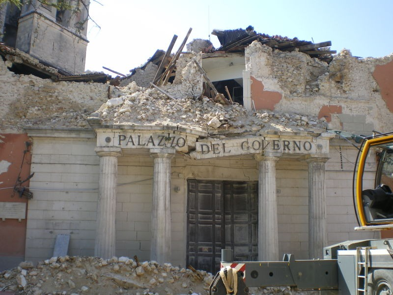 2009 L'Aquila earthquake - The local prefecture (a government office) damaged by the earthquake - foto preluat de pe en.wikipedia.org
