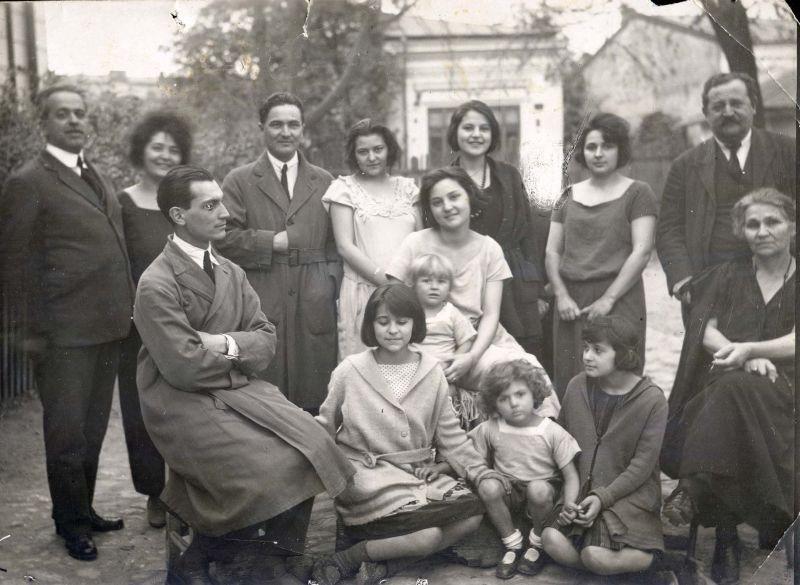 14/15 aprilie 1952 – arestarea membrilor familiilor de demnitari - Fotografie cu familia Lugoşianu (1926). Rândul de sus, în centru, Ion Lugoşianu şi surorile  sale, Elena, Ana şi Veronica - foto preluat de pe www.facebook.com/SighetMemorial