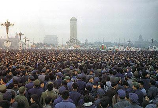 Tiananmen Incident (5 April 1976) - Crowds of mourners gathering in Tiananmen Square during the Qingming Festival - foto preluat de pe en.wikipedia.org