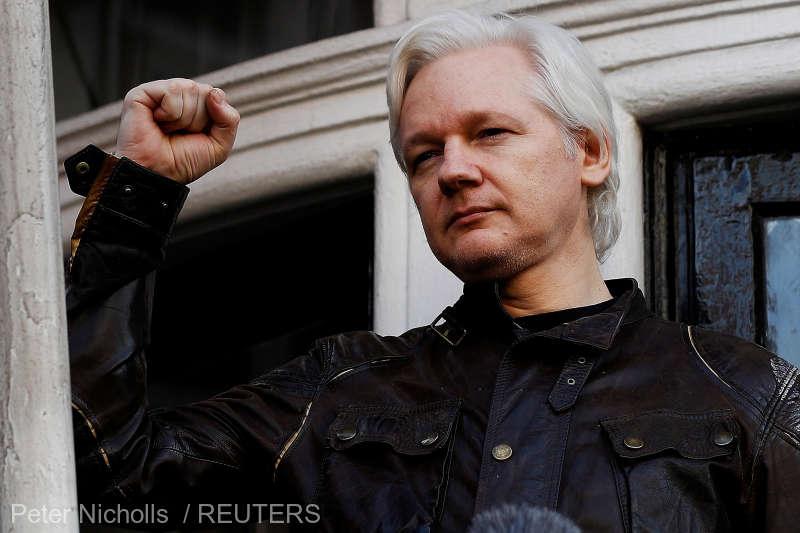 """Julian Paul Assange (n. 3 iulie 1971, Townsville, Queensland, Australia) este un ziarist australian, editor și activist pe internet. Este cunoscut drept purtătorul de cuvânt și editorul-șef al WikiLeaks, site ce prezintă scurgeri de informații. A trăit în mai multe țări și declară că este în continuă mișcare. A avut câteva apariții publice în care a vorbit despre libertatea presei, cenzură și jurnalismul de investigație. A contribuit cu partea de """"cercetare"""" la cartea denumită """"Underground: tales of hacking, madness & obsession on the electronic frontier"""", publicată în 1997 de editura Reed Books Australia - foto preluat de pe www.agerpres.ro"""