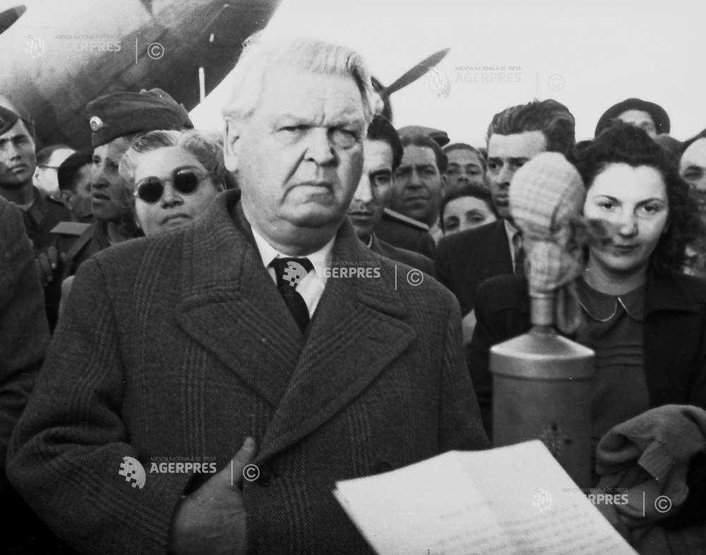 Sosirea scriitorul Mihail Sadoveanu, pe aeroportul Baneasa, de la Congresul Mondial al Partizanilor Pacii de la Paris (28 aprilie 1949) - foto preluat de pe foto.agerpres.ro