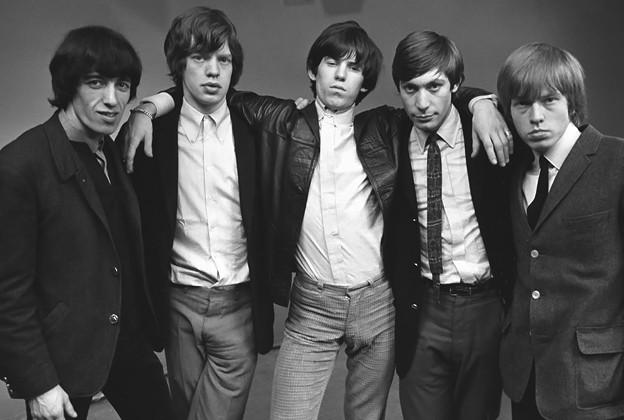 The Rolling Stones este o trupă englezească de muzică rock care a devenit populară la începutul anilor 1960. Trupa a fost formată la Londra în 1962 de Brian Jones, Mick Jagger și Keith Richards. The Rolling Stones a lansat 55 de albume și compilații și au avut 37 de piese în top-10 singles . În 1989 trupa a intrat în Rock and Roll Hall of Fame iar în 2004, revista Rolling Stone i-a clasat pe locul 4 în 100 Greatest Artists of All Time. Au vândut peste 200 de milioane de albume în întreaga lume - foto preluat de pe www.rollingstone.com