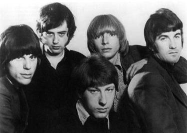 """The Yardbirds este o formație foarte influent de muzică rock din Marea Britanie, cunoscută mai ales datorită faptului că trei chitaristi renumiți și-au început carierele lor muzicale cu ei: Eric Clapton, Jeff Beck și Jimmy Page; toți trei fiind plasați foarte sus în diverse clasamente ale celor mai buni chitariști ai lumii, după multiple surse. Oricum în clasamentul revistei """"Rolling Stone"""" cei trei se clasează în primii cinci chitariști ai lumii.  (The Yardbirds, 1966. De la stânga: Jeff Beck, Jimmy Page, Chris Dreja, Keith Relf, Jim McCarty) - foto preluat de pe ro.wikipedia.org"""