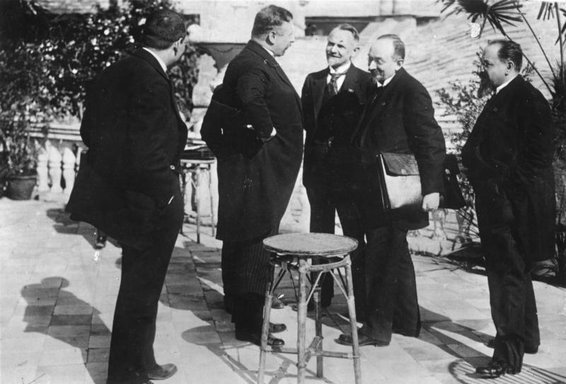 Tratatul de la Rapallo (16 aprilie 1922) a fost o convenţie semnată în oraşul italian Rapallo pe 16 aprilie 1922 între Germania (Republica de la Weimar) şi Rusia Sovietică prin care fiecare dintre părţi renunţa la orice pretenţie teritorială sau financiară faţă de cealaltă parte care decurgeau din Tratatul de la Brest-Litovsk semnat la sfârşitul Primului Război Mondial  - Cancelarul Germaniei, Joseph Wirth (al doilea din stânga), alături de delegaţia sovietică (Leonid Krasin, Gheorghi Cicerin şi Adolf Ioffe) - foto preluat de pe ro.wikipedia.org