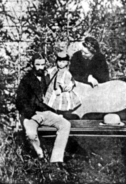 Regele Carol I, regina Elisabeta şi prinţesa Maria, 1873 - foto preluat de pe ro.wikipedia.org