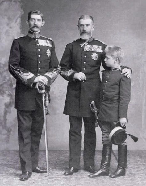 Regele Carol I cu nepotul său, Ferdinand, şi fiul acestuia, Carol - foto preluat de pe ro.wikipedia.org