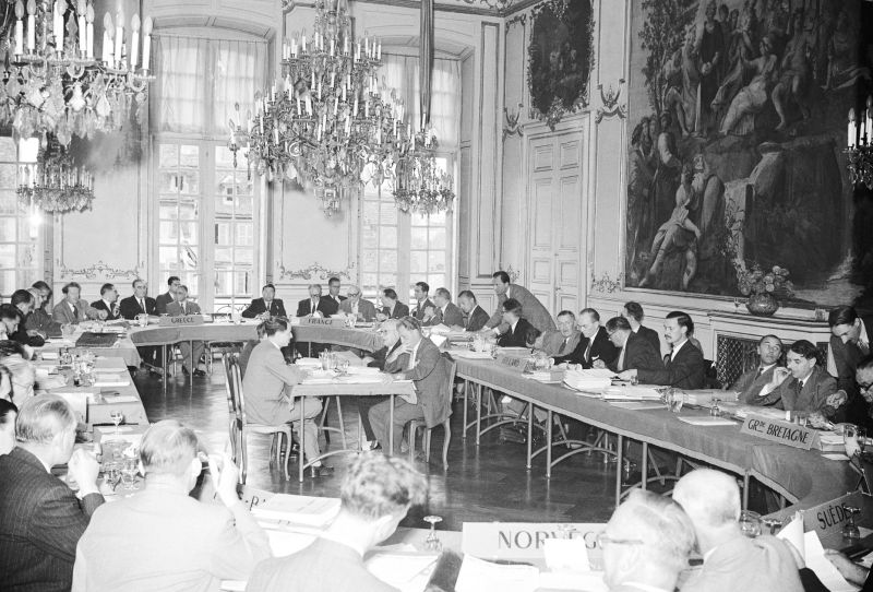 Another photo from the first-ever meeting of our Committee of Ministers, on 8 August 1949. As well as Robert Schuman, other leaders who attended including British foreign secretary Ernest Bevin and Paul Henri Spaak from Belgium. For more Council of Europe milestones check out our special 70th anniversary website: www.coe.int/70 - foto preluat de pe www.facebook.com