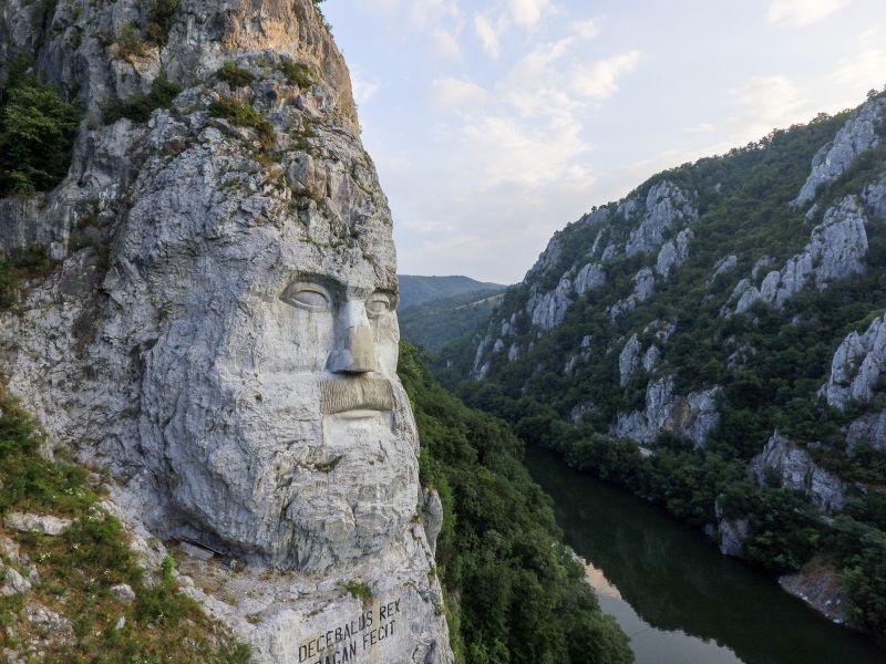 """Statuia """"Chipul lui Decebal"""", județul Mehedinți, România - foto preluat de pe ro.wikipedia.org"""