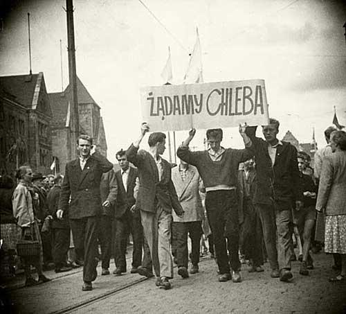 "Protestele de la Poznań din 1956 (28 iunie – 30 iunie 1956, Poznań, Polonia) - (""Noi cerem pâine!"") foto preluat de pe ro.wikipedia.org"