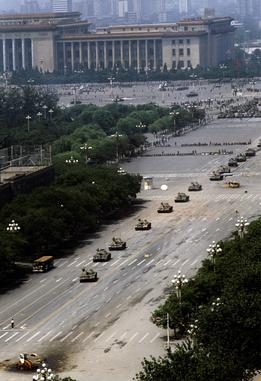 Wider shot by Stuart Franklin showing column of tanks approaching Tank Man, who is shown near the lower-left corner - foto preluat de pe en.wikipedia.org