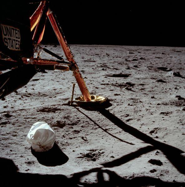 Prima fotografie, luate de Neil Armstrong pe Luna - foto preluat de pe ro.wikipedia.org