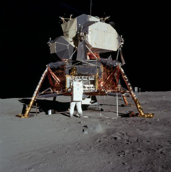 Buzz Aldrin împachetează în modulul lunar Vulturul, experimentele făcute pe Lună - foto preluat de pe ro.wikipedia.org