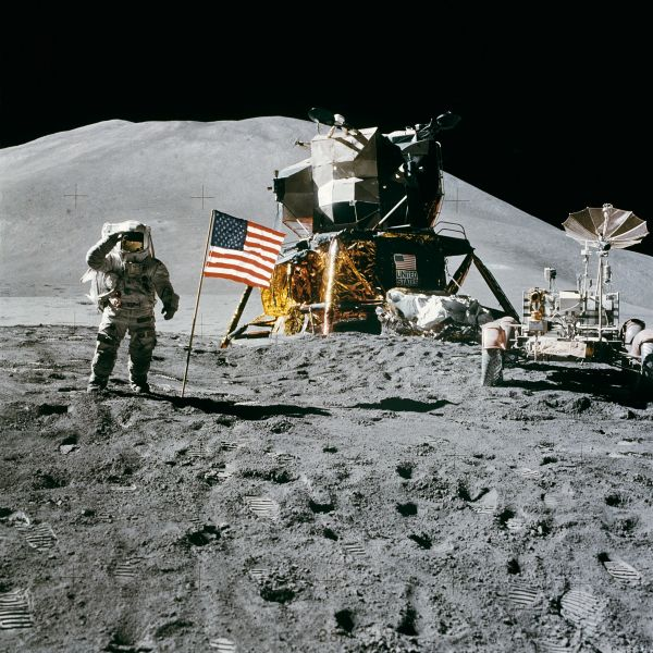James Irwin salutes the United States flag on the Moon, August 2, 1971 - foto preluat de pe en.wikipedia.org