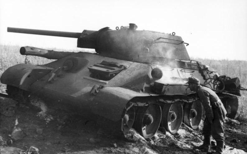 Bătălia de la Prohorovka (12 iulie 1943) - A German soldier inspects a T-34 tank knocked out at Pokrovka that is still smoldering. Pokrovka is 40 kilometres (25 mi) southwest of Prokhorovka - foto preluat de pe ro.wikipedia.org