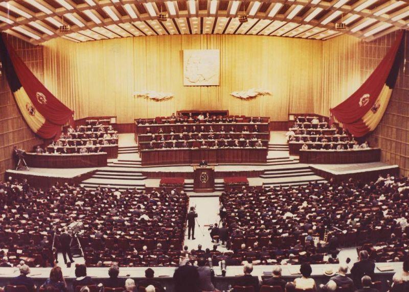 Nicolae Ceaușescu ținând un discurs în timpul lucrărilor Congresului al IX-lea al P.C.R. (1965) Sursa: fototeca MNIR Deținător: MNIR - foto preluat de pe www.comunismulinromania.ro