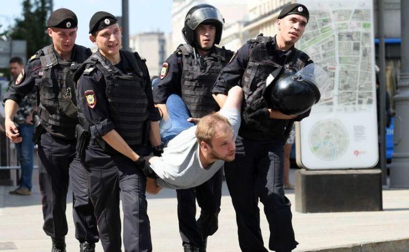 Poliţia arestează un bărbat în timpul unui protest al opoziţiei în faţa sediului Primăriei din Moscova, 27 iulie 2019 (Screenshot) - foto preluat de pe epochtimes-romania.com