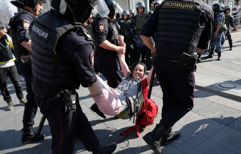 Law enforcement officers detaining a woman during the protest on Saturday.CreditAlexander Zemlianichenko/Associated Press - foto preluat de pe www.nytimes.com