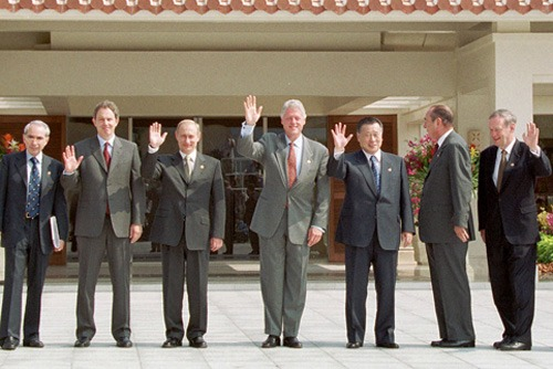 "26th G8 summit (July 21–23, 2000) ""family photo"" at Bankoku Shinryokan. From left to right: Giuliano Amato, Tony Blair, Vladimir Putin, Bill Clinton, Yoshiro Mori, Jacques Chirac, and Jean Chrétien - foto preluat de pe en.wikipedia.org"
