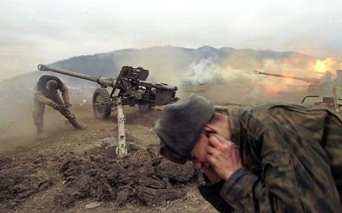 Al Doilea Război Cecen (26 august 1999 – 31 mai 2000) - Artileria rusă bombardează poziţiile rebelilor în apropierea satului Duba-Iurt, în ianuarie 2000 - foto preluat de pe ro.wikipedia.org
