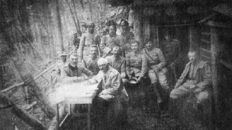 Regimentul 15 Infanterie (1916-1918) - Subunitate a regimentului în faţa unui adăpost, în 1917 la Oituz - foto preluat de pe ro.wikipedia.org